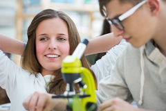 Grupa z podnieceniem ucznie pracuje w sala lekcyjnej Zdjęcie Royalty Free