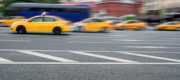 Grupa zamazani żółci taxicabs w ruchu w ulicie zdjęcie royalty free