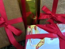 Grupa zawijający prezentów pudełka dla someone specjalnego w powitanie momentach fotografia stock