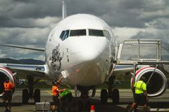 Grupo à terra do aeroporto que prepara aviões comerciais Imagens de Stock