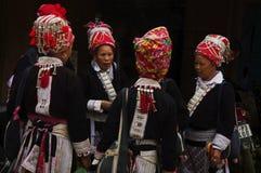 Grupo étnico de Dao de mujeres en mercado rojo del ronquido de Muong Fotografía de archivo libre de regalías