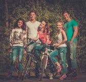 Grupo étnico multi de adolescente deportivo en un parque Imagenes de archivo