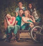 Grupo étnico multi de adolescente deportivo en un parque Foto de archivo libre de regalías
