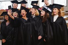 Grupo étnico multi de estudiantes graduados que toman el selfie fotos de archivo libres de regalías