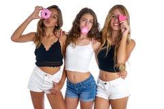 Grupo adolescente de las muchachas de los mejores amigos tres en blanco Imagen de archivo