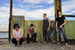 Grupo adolescente masculino diverso en fondo del grunge Foto de archivo