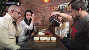 Grupo adulto de té de Puerh de la bebida de los amigos almacen de metraje de vídeo