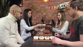 Grupo adulto de té de Puerh de la bebida de los amigos almacen de video