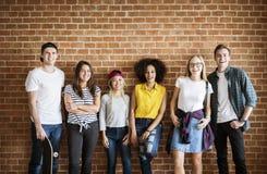 Grupo adulto joven feliz de concepto de la cultura joven de los amigos Imagen de archivo