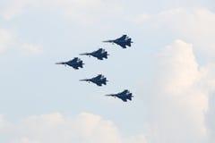 Grupo aeroacrobacia ruso Strizhi en el airshow Imagen de archivo libre de regalías