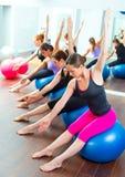 Grupo aerobio de las mujeres de Pilates con la bola de la estabilidad Imágenes de archivo libres de regalías