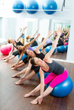 Grupo aerobio de las mujeres de Pilates con la bola de la estabilidad Fotografía de archivo