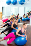 Grupo aerobio de las mujeres de Pilates con la bola de la estabilidad Fotos de archivo libres de regalías