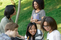 Grupo alegre de estudiantes jovenes que se sientan y que estudian Fotografía de archivo
