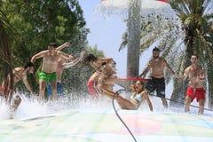Grupo alegre de jovens na água Imagem de Stock