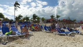 Grupo alegre de turista que charla en la playa, Bahamas almacen de video