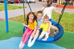 Grupo amistoso en el aire libre del oscilación en el verano imagen de archivo libre de regalías