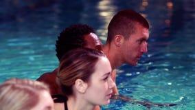 Grupo apto que completa un ciclo en la piscina metrajes