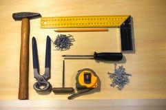 Grupo arrumado de ferramentas para fazer o trabalho da carpintaria Fotografia de Stock