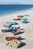 Grupo artístico de barcos en orilla Foto de archivo