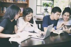 Grupo asiático de estudantes que compartilham com as ideias para trabalhar no th fotografia de stock royalty free