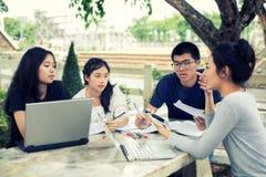 Grupo asiático de estudiantes que comparten con las ideas para trabajar en el th fotos de archivo