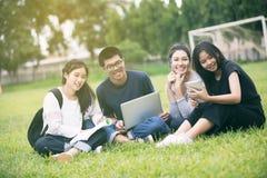 Grupo asiático de estudiantes que comparten con las ideas para trabajar en el th imagenes de archivo