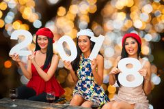 Grupo asiático joven de mujeres con la celebración de días festivos de la Navidad del sombrero de Papá Noel Fotos de archivo libres de regalías