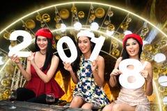 Grupo asiático joven de mujeres con la celebración de días festivos de la Navidad del sombrero de Papá Noel Fotos de archivo