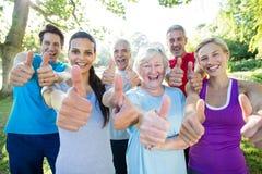 Grupo atlético feliz com polegares acima foto de stock