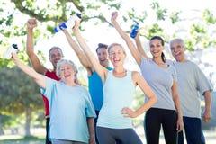 Grupo atlético feliz que sustenta a garrafa da água imagens de stock royalty free