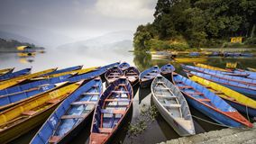 Grupo bonito de barcos de Nepal fotografia de stock