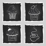 Grupo bonito de queques e de xícara de café brilhantes na parte traseira do quadro Fotografia de Stock Royalty Free