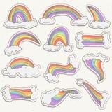 Grupo bonito do vetor da etiqueta do arco-íris Ilustração da etiqueta dos desenhos animados do arco-íris com as nuvens no céu Arc Foto de Stock