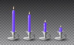 Grupo bonito do vetor de velas roxas realísticas gradualmente queimadas em castiçal do metal no fundo transparente ilustração do vetor