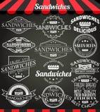 Grupo branco da ilustração de etiquetas retros, de crachás e de logotipos do vintage dos sanduíches no quadro-negro ilustração royalty free