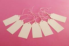Grupo branco dos preços ou de etiquetas do papel vazio no fundo cor-de-rosa Foto de Stock Royalty Free