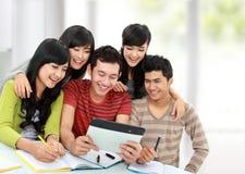 Grupo cómodo de estudiantes Imagen de archivo libre de regalías