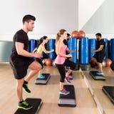 Grupo cardiio de la danza del paso en el entrenamiento del gimnasio de la aptitud Foto de archivo