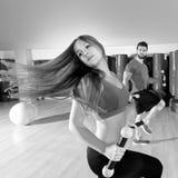 Grupo cardiio de la gente de la danza de Zumba en el gimnasio de la aptitud Fotografía de archivo