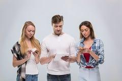 Grupo casual de la gente, sonrisa feliz de la mujer del hombre joven dos usando la comunicación elegante de la red del teléfono d Fotos de archivo libres de regalías