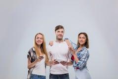 Grupo casual de la gente, sonrisa feliz de la mujer del hombre joven dos usando la comunicación elegante de la red del teléfono d Imágenes de archivo libres de regalías