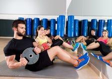 Grupo central de entrenamiento de la placa abdominal en el gimnasio Fotos de archivo