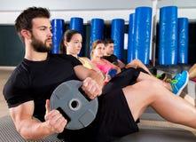 Grupo central de entrenamiento de la placa abdominal en el gimnasio Fotografía de archivo libre de regalías