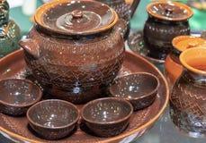 Grupo cerâmico de pratos com um ornamento do ziguezague foto de stock
