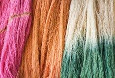 Grupo colorido colorido da textura da linha do algodão cru para o fundo foto de stock