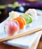 Grupo colorido de sushi japonês com hashis Fotos de Stock Royalty Free