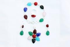Grupo colorido do anel do brinco e do pendente do bracelete de pedras preciosas fotos de stock
