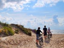 Grupo com a bicicleta no seacoast Fotos de Stock Royalty Free