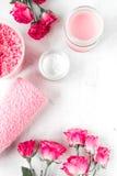 Grupo com creme cor-de-rosa, opinião superior dos termas do cuidado do prego do fundo branco de toalha Foto de Stock Royalty Free